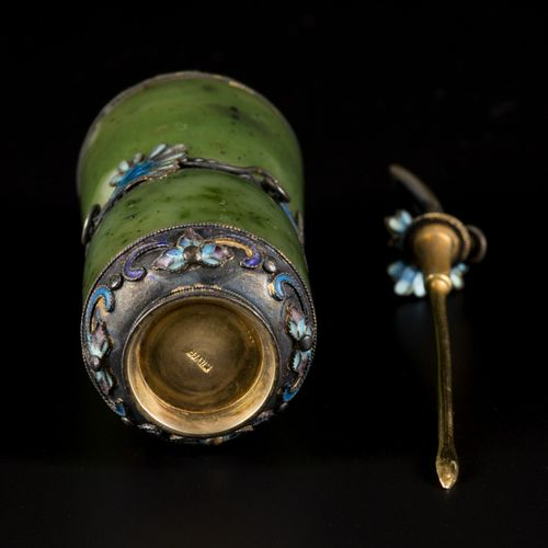 A spinach jade and silver snuff bottle, China, 19th century. H. 9 cm. Estimation…