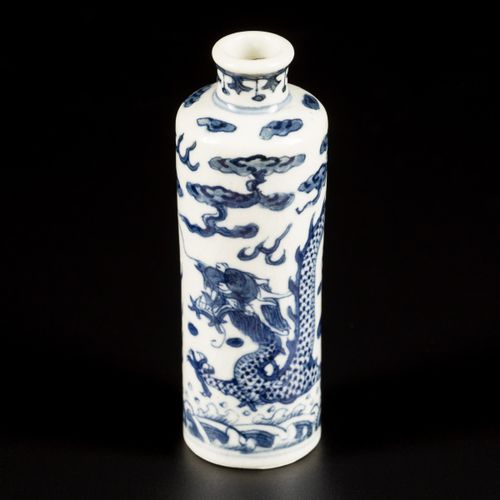 A softpaste snuff bottle with dragon decoration, China, 19th century. H.9厘米。估计:3…