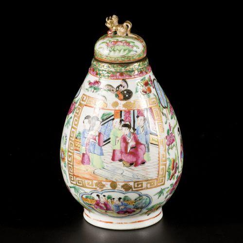 A porcelain storage jar with Canton decor, China, 19th century. Dim. 20 x 12 cm.…