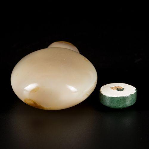 An agate snuff bottle, spherical model, China, 19th century. H.6厘米。颈部的自然线 估计:100…