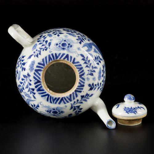 A porcelain teapot with carp decor, China, 19th century. Dim. 15 x 17 cm. Estima…