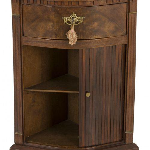 A mahogany veneered corner cabinet, Dutch, 20th century. 在顶部下方有一个凹陷的拱门,卷帘上方有一个单抽…