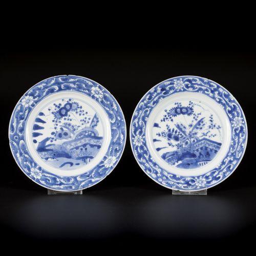 A set of (2) porcelain plates with floral decor, China, Kangxi. Diam. 21 cm. Écl…