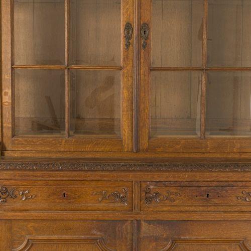 An oakwood 'Liège' cabinet, Belgium, 19th century. La corniche arquée avec crête…