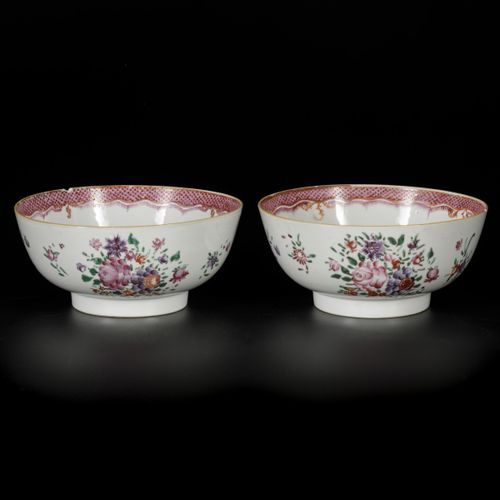 A set of (2) porcelain bowls with famille rose decor. China, Qianglong. Dimensio…