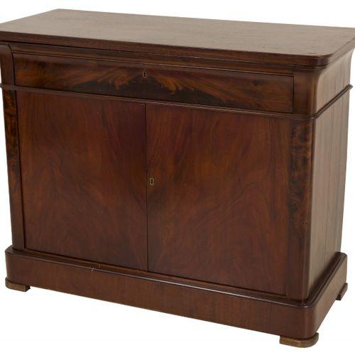 A Biedermeier style mahogany veneered dining room sideboard, Dutch, ca. 1840. 顶部…