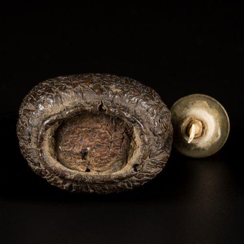 A nut snuff bottle, spherical model, China, 19th century. H. 6 cm. Estimation : …
