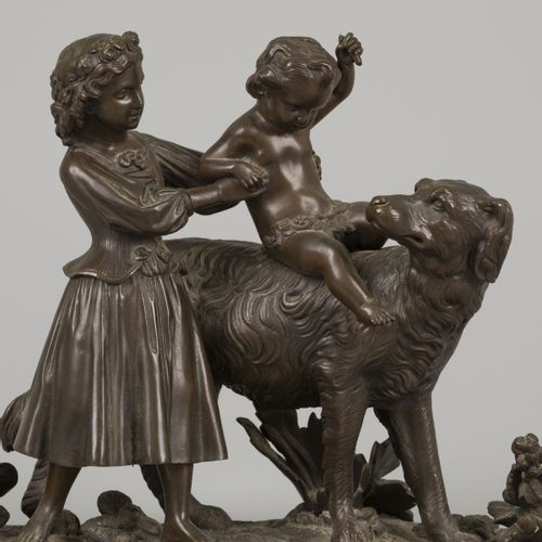 A bronze group of children playing with a dog, cast ca. 1900. Non signé, H. 22 c…