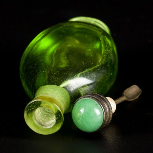 A green glass snuff bottle, marked Qianlong, China, 18th/19th century. H.6.5厘米。估…
