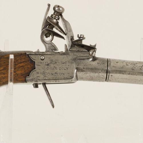 A Bingham flintlock pistol, England, 18th/ 19th century. Marqué : V couronné et …