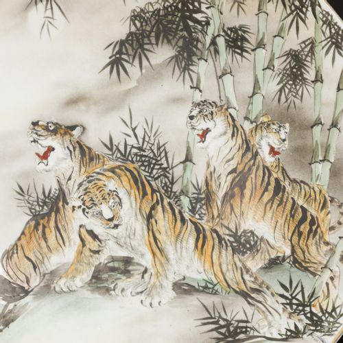 A set of (2) porcelain chargers decorated with tigers, Japan, 19th century. 直径40…