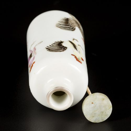 A porcelain snuff bottle decorated with roosters, China, 19th century. H. 8,5 cm…