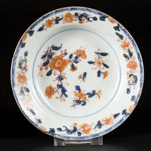 A lot comprised (3) porcelain plates with Imari decoration, China, 18th century.…