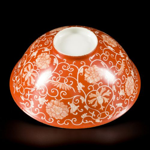 A porcelain Iron red bowl, China, 19th century. Dim. 7 x 16,5 cm. Estimation : 8…