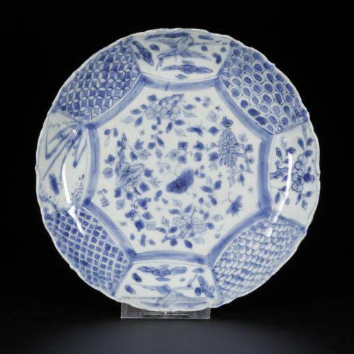 """A """"kraak"""" porcelain plate with floral decor in compartmentalisation, China, Wanl…"""
