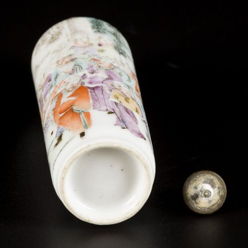 A porcelain famille rose snuff bottle, decorated with courtesies, China, circa 1…
