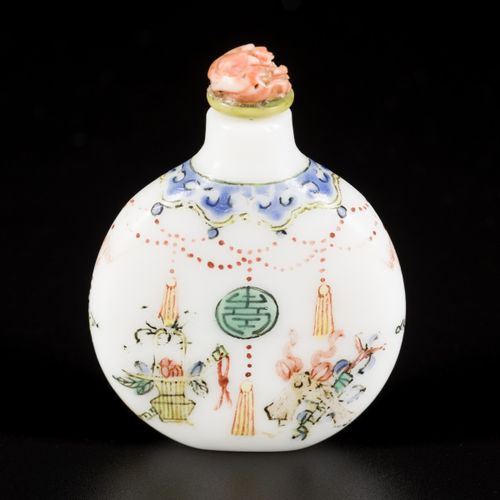 A glass snuff bottle decorated with antiques, China, 19th century. H. 6,5 cm. Es…