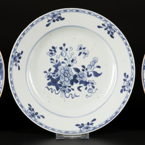 A lot comprising (3) porcelain plates with floral decoration, China, Qianglong. …