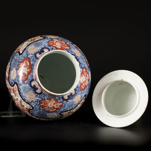 A large porcelain lidded vase with Imari decoration, Japan, 18th century. Dim. 6…