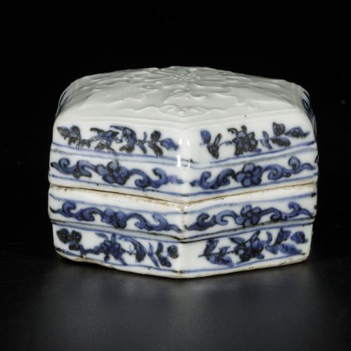 A porcelain lidded box with floral decor, China, Ming or later. Dim. 6 x 9 cm. E…