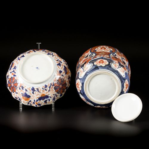 A lot comprised of a porcelain bowl and a lidded jar with Imari decoration, Japa…