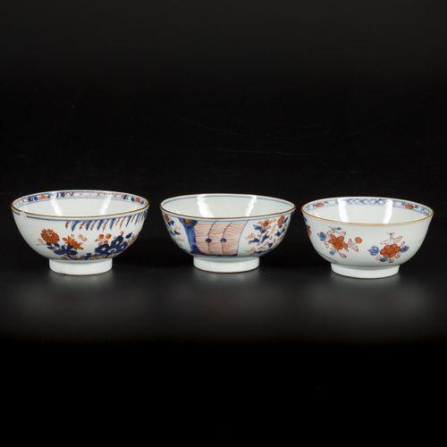 A lot of (3) porcelain bowls with Imari decoration, China, 18th century. 直径15厘米。…