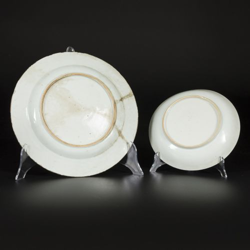 A lot comprising a porcelain plate and saucer with floral decorations, China, Qi…