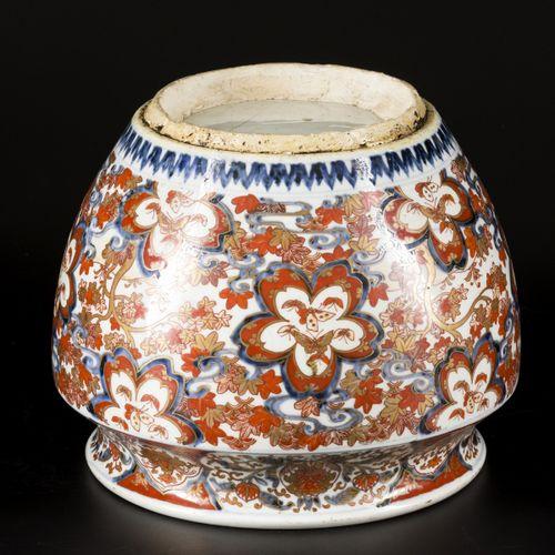 A porcelain cachepot with Imari decoration, Japan, circa 1800. Dim. 24 x 30 cm. …