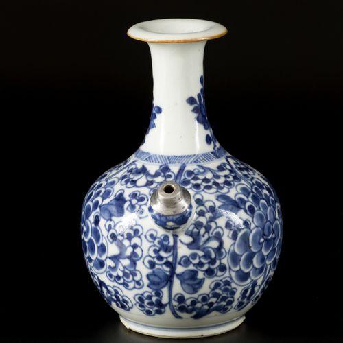 A porcelain kendi with floral decoration, China, 18th century. Dim. 19 x 15 cm. …