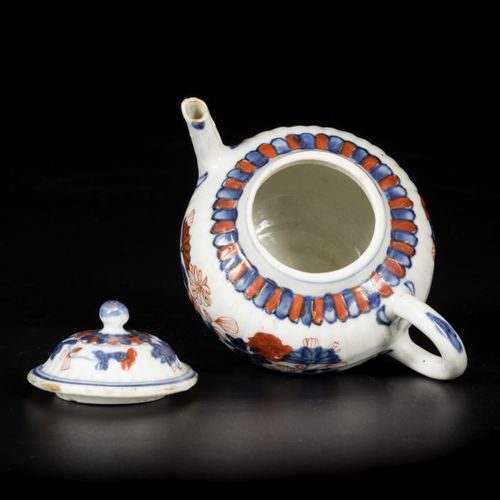 A porcelain Imari teapot with lid, China, 18th century. Dim.11 x 15 cm.估计:200 30…