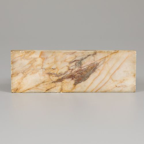 "A marble ""Porte Montre"", 2e helft 19e eeuw. 有雕刻的玫瑰花。测量。长:13.5厘米,宽:21.3厘米,高:7.2厘米…"