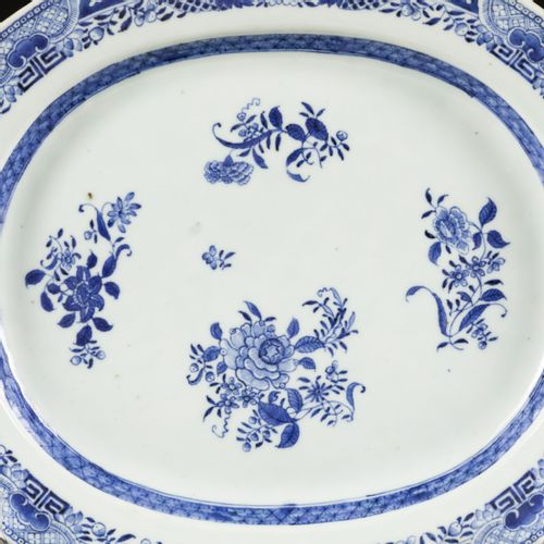 A porcelain meat dish with floral decoration, China, Qianglong. Diam. 41 cm. Fri…