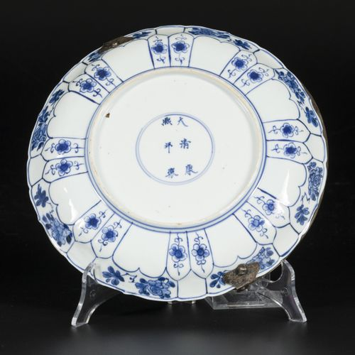A porcelain charger with floral decoration, marked in period China, Kangxi. 直径25…