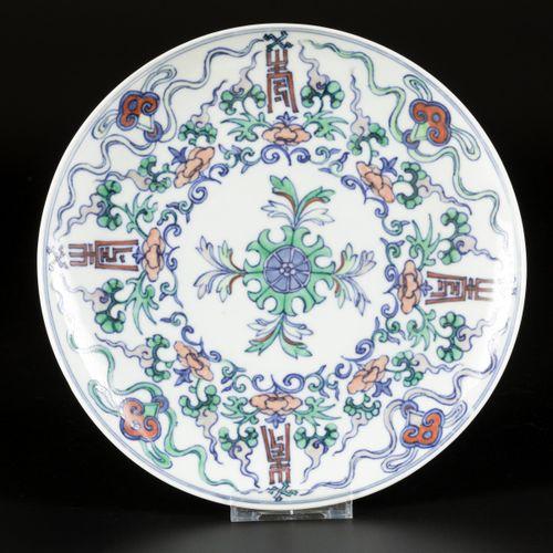 A porcelain doucai plate, marked Chenghua, China, 20th century. 估计:400 600欧元。