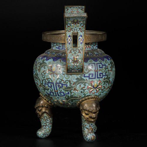 A cloisonne incense burner, China, 18/19th century. 盖子不见了。30 x 32厘米。估计:100 200欧元…