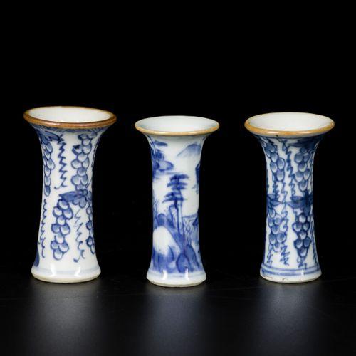 A lot comprising (3) porcelain vases, China, 18th century. Dim. 8,5 x 4,5 cm. Es…