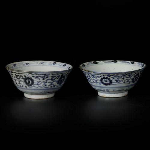 A lot of (2) Swatow bowls, China, 19th century. Diam. 16 cm. Éclats et traces de…