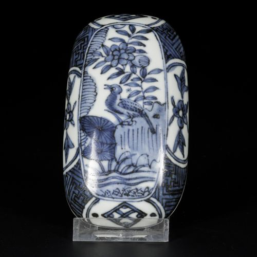A porcelain lidded box with decor of a bird in a landscape, China, Wanli. 尺寸。7 x…