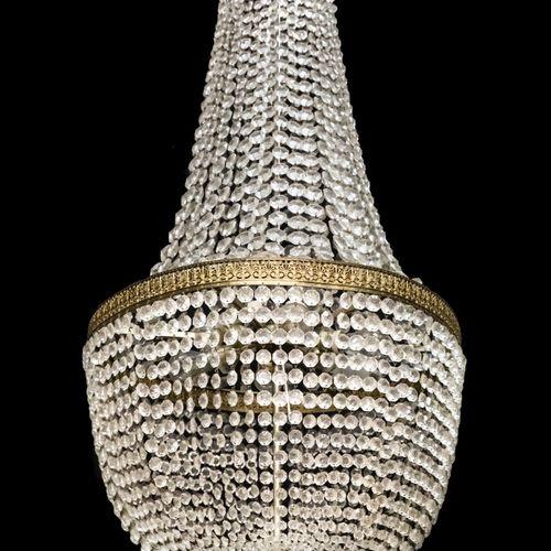 An Empire style pocket chandelier, France, 20th century. 上面的部分有很多股玻璃吊坠围成一圈,下面的部分…