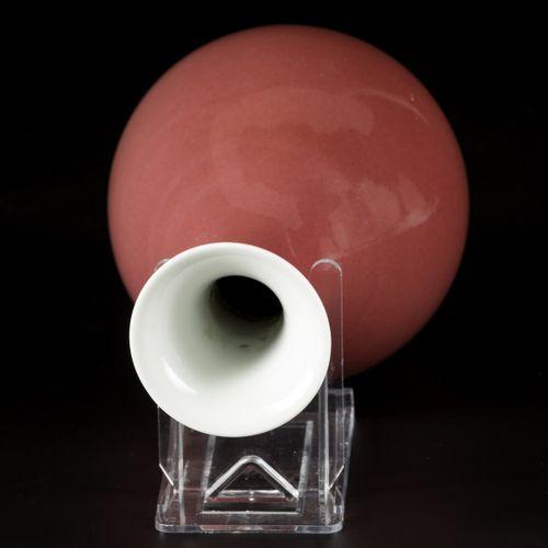 """A porcelain """"Sang de boeuf"""" vase, China, 19th/20th century. Dim.24.5 x 13 cm.估计:…"""