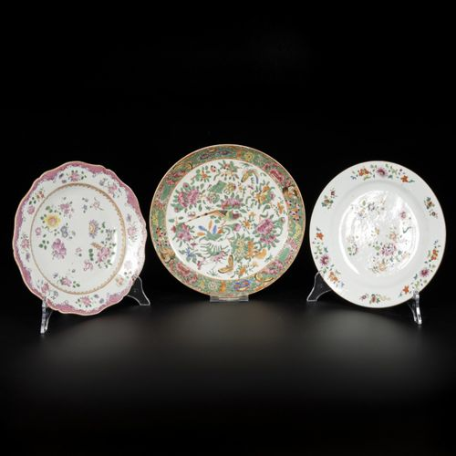 A lot of (3) porcelain plates with famille rose and Canton decor, China, 18th/19…