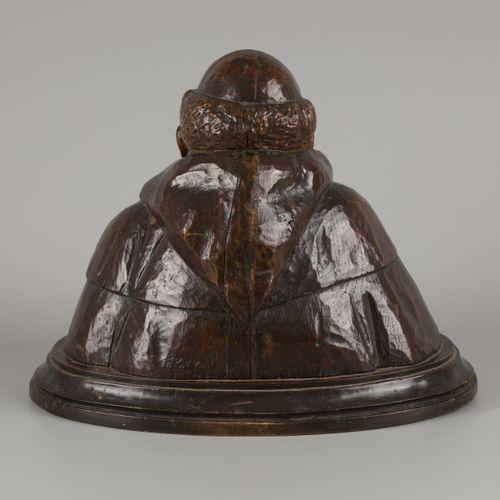 """A wooden bust of a happy monk. Signé avec """"F. Parpan"""" (verso). H. 28 cm. Estimat…"""