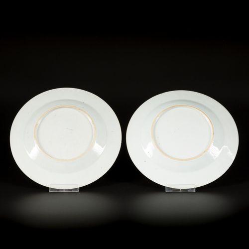 A set of (2) porcelain plates with Imari decoration, China, 18th century. 直径23.5…