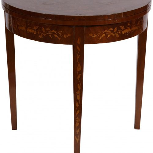 A demi lune / crescent game table with marquetry, Dutch, 20th century. 铰链式的顶部,外部…