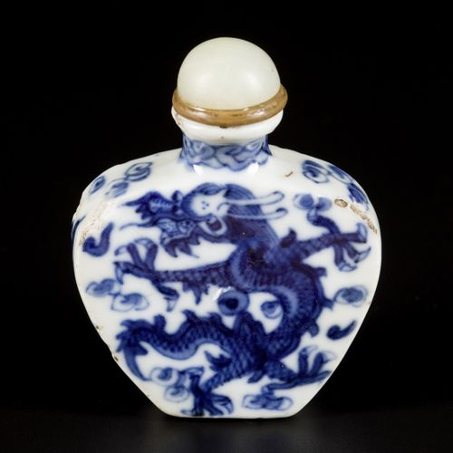 A porcelain snuff bottle with dragon decoration, China, Daoguang. H.7厘米。芯片。估计:30…