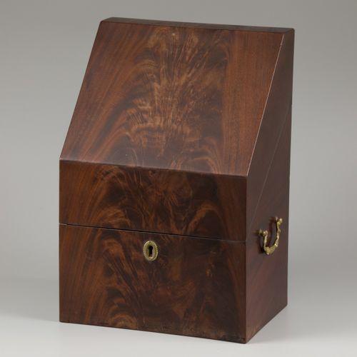 A mahogany veneered liquor cabinet with six flasks, eind 19e eeuw. Les flacons a…