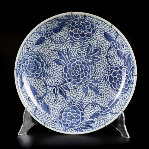 A porcelain charger with floral decoration, China, 19th century. 直径35.5厘米。已修复。估计…