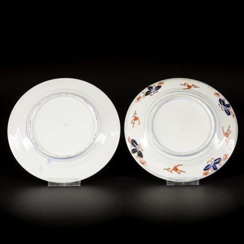 A lot comprised of (2) porcelain Imari plates, Japan, 19th century. L'un décoré …