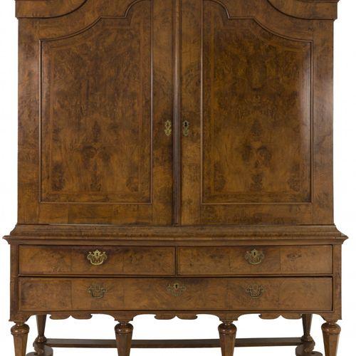 A burr walnut veneered Dutch cabinet, ca. 1700. Sous la corniche festonnée avec …