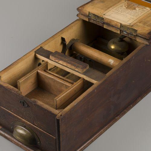 A hardwood cash till, late 19th century. Avec cloche, clé manquante. Dimensions …